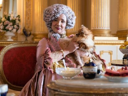 A atriz Golda Rosheuvel interpreta a rainha Charlotte da Inglaterra na série 'Bridgerton'. Em vídeo, trailer da atração.