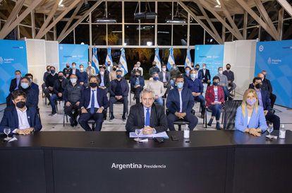 O presidente da Argentina, Alberto Fernández (centro), ao lado do governador da província de Buenos Aires, Axel Kicillof (à esq.) e da vice-governadora, Manuela Magario (à dir.), depois de seu discurso.
