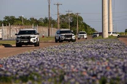 Policiais isolam o local dos disparos na localidade texana de Bryan.
