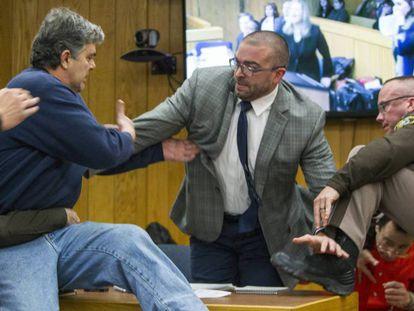 Randall Margraves, pai de três vítimas de Larry Nassar, avança contra ele durante o julgamento em Michigan, nesta sexta-feira.