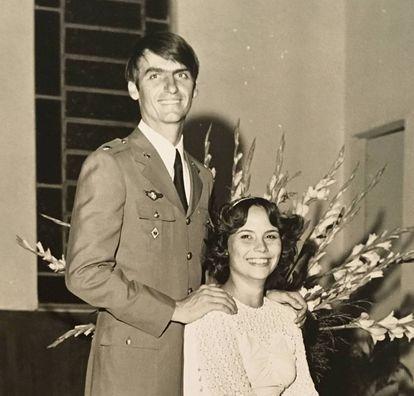 Jair Bolsonaro com sua primeira esposa, Rogéria Braga, no dia do casamento.
