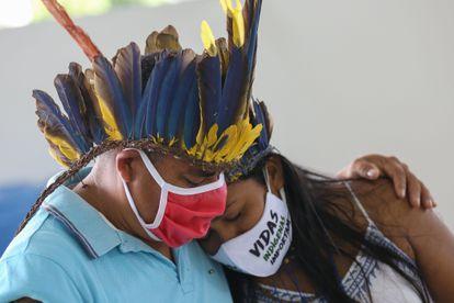 Indígenas do Parque das Tribos choram a morte do cacique Messias Kokama, em Manaus, em 14 de maio.