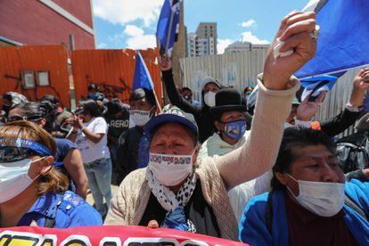 Apoiadores do MAS comemoram vitória do candidato Luis Arce em La Paz, na Bolívia.