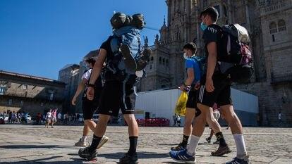 Peregrinos realizam o caminho de Santiago de Compostela.