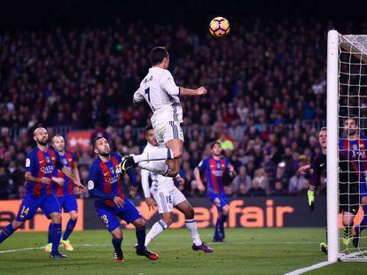 Rei indiscutível da Europa neste ano, com a vitória de Portugal na Eurocopa e do Real Madrid na Liga dos Campeões, Cristiano Ronaldo conquistou a Bola de Ouro pela quarta vez em sua carreira. Na imagem, Cristiano Ronaldo tenta marcar contra o Barcelona, em 3 de dezembro de 2016, no Camp Nou.