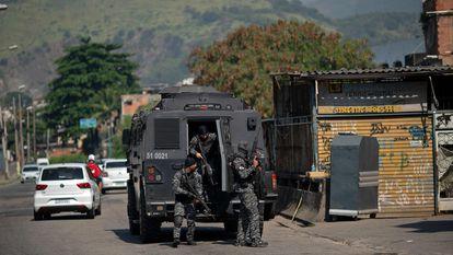 Policiais em operação na favela do Jacarezinho, Rio de Janeiro.