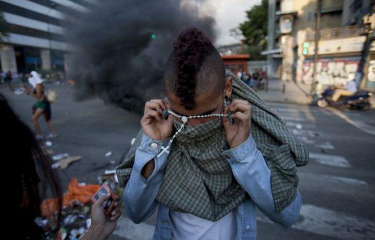Um manifestante nesta sexta em Caracas.