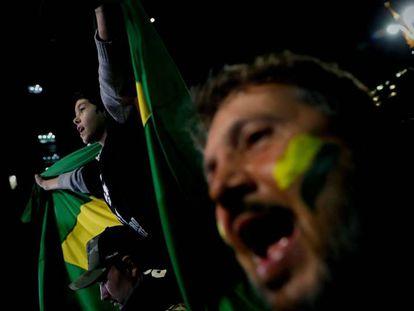 Apoiadores de Bolsonaro comemoram sua vitória, no domingo.