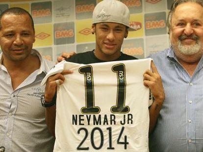 Neymar e seu pai (à esq.), quando o jogador renovou em 2011 com o Santos.