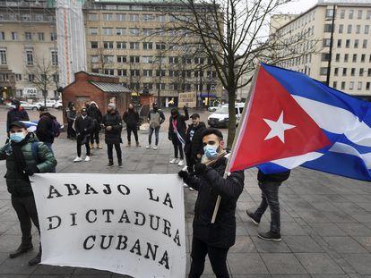 Exilados cubanos na Finlândia protestam contra as violações de direitos humanos na ilha, no domingo diante da embaixada de Cuba em Helsinque.