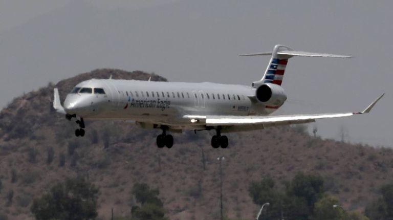 Um avião regional da American Airlines aterrissando em Phoenix
