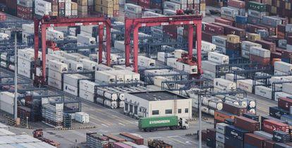Porto de mercadorias de Yangshan, ao sul de Xangai.