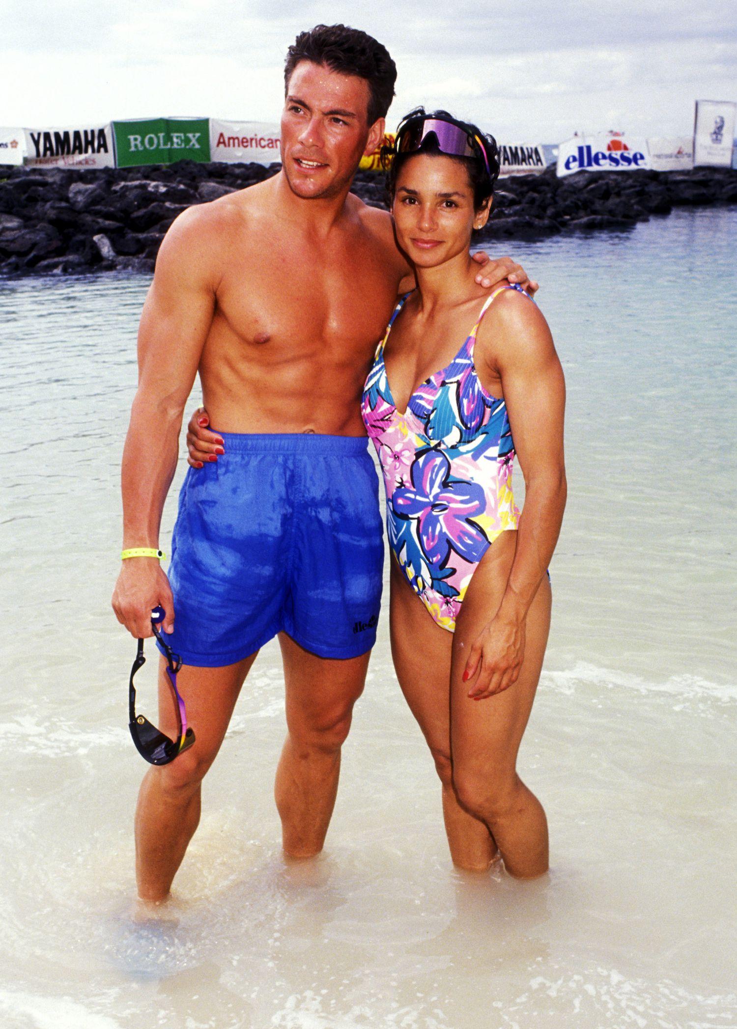 Van Damme e Gladys Portugues, sua ex-esposa e mais tarde novamente esposa, posam para a imprensa na costa do Havaí em 1991