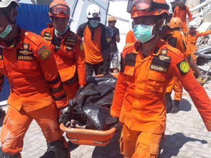 Equipe de resgate nas ruínas do Hotel Roa-Roa em Palu, Sulawesi Central, Indonésia