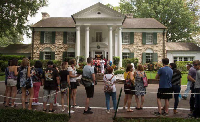 Fãs fazem fila para visitar a casa de Elvis Presley em Memphis, nesta quarta-feira, 16 de agosto, quando completa 40 anos da morte do músico.