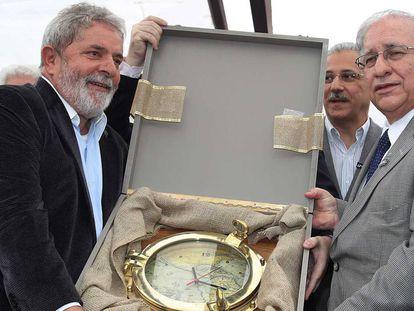 Lula é presenteado com um relógio durante visita a Itajaí, em 2010