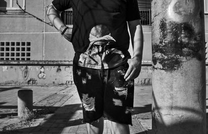 Um garoto de S. Giovanni a Teduccio, na periferia leste de Nápoles, veste uma camiseta do rapper Tupac Shakur.