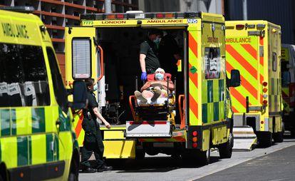 Um paciente de covid é levado ao Hospital Royal London, em junho.
