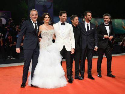 Da esquerda, o diretor Olivier Assayas e os atores Penélope Cruz, Edgar Ramírez, Gael García Bernal, Wagner Moura e Leonardo Sbaraglia, na noite deste domingo em Veneza.