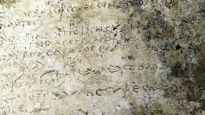Versos da 'Odisseia' de Homero em placa de argila.