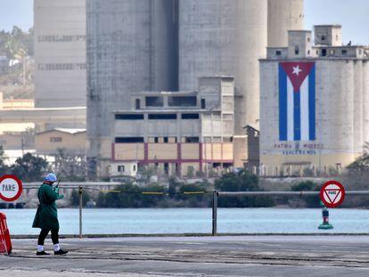 Enfermeira cubana controla desembarque de passageiros de cruzeiro britânico no porto de Mariel.