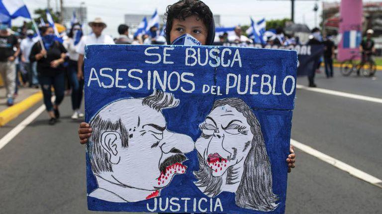 Menino mascarado em uma manifestação contra Ortega em Manágua