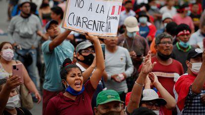 Centenas de pessoas participam de manifestação contra a quarentena, em Lima, em janeiro.
