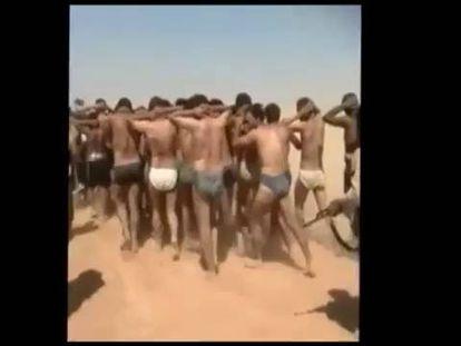 Os jihadistas transportam soldados sírios ao lugar onde foram mortos.