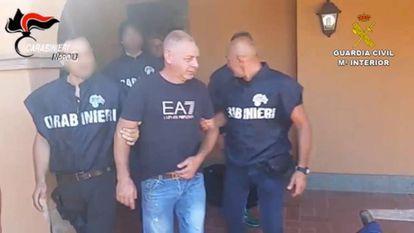Simioli no momento da prisão, em imagens das polícias espanhola e italiana.