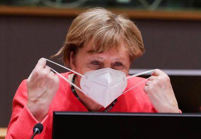 Angela Merkel coloca a máscara durante a última reunião da cúpula de Bruxelas.
