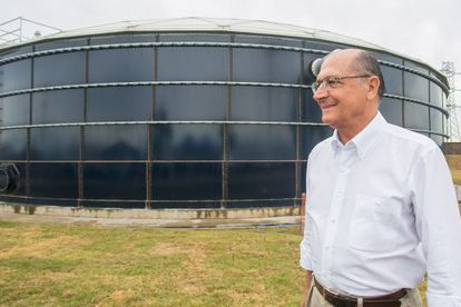 Alckmin diante de reservatório da Sabesp em Franco da Rocha (SP).
