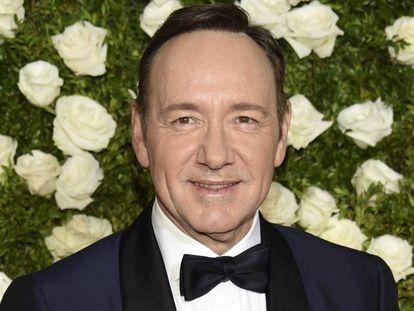 Kevin Spacey chega ao Radio City Music Hall de Nova York para a cerimônia dos Tony Awards.
