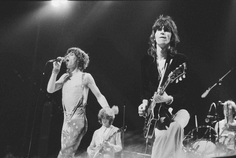 Os Rolling Stones tocando em Roterdã em 1973: Mick Jagger e Keith Richards em primeiro plano, Mick Taylor (guitarra) e Charlie Watts (bateria), ao fundo.