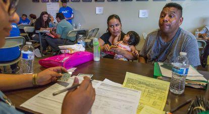 Yanina Damas e sua família preenchem os papéis para se tornar cidadãos.