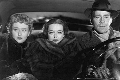 Bette Davis (no centro), Celeste Holm e Hugh Marlowe em uma cena de 'A Malvada'.