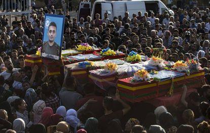 Funeral de cinco membros das Forças Democráticas Sírias, uma tropa curdo-árabe, na última segunda-feira, em Qamishli.