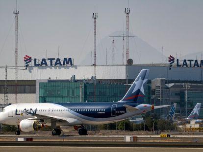 Avião da Latam Airlines na pista do Aeroporto Internacional de Santiago, em Santiago do Chile, em 26 de maio de 2020,