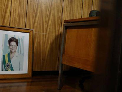 Foto oficial de Dilma no chão do Palácio do Planalto após ser retirada da parede.