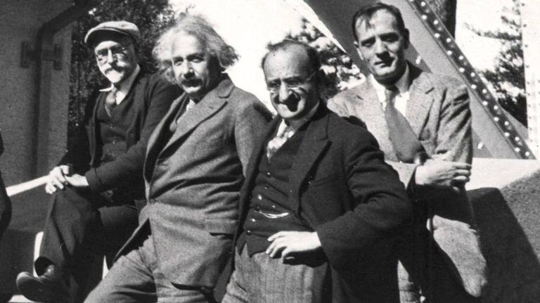 Ferdinand Ellerman, Albert Einstein, Walther Mayer e Edwin Hubble em observatório astronômico