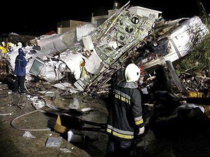 Equipes de resgate trabalham nas ferragens do avião na ilha e Penghu.
