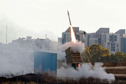 O sistema defensivo chamado Cúpula de Ferro dispara um míssil interceptor, na segunda-feira, perto de Ashkelon.