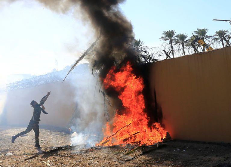Grupo de milicianos põe fogo na Embaixada dos EUA em Bagdá.