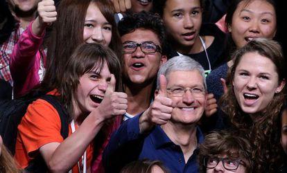 O CEO da Apple Tim Cook, rodeado de estudantes.