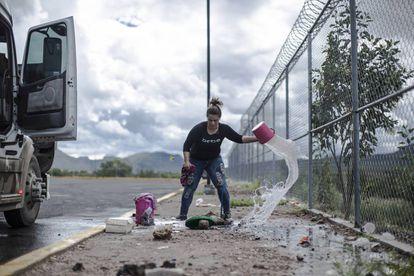 Clara Fragoso limpa seu caminhão em uma das paradas.