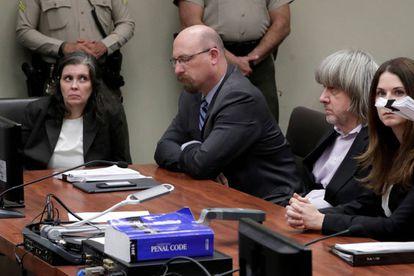 Louise Turpin (à esquerda) e David Turpin (com cabelos compridos brancos), na quinta-feira na audiência de Riverside, Califórnia