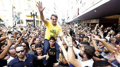 Bolsonaro, momentos antes de ser esfaqueado, em Juiz de Fora (MG).