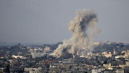 Bombardeio israelense sobre Gaza, neste sábado.