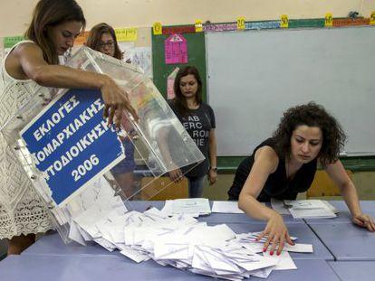 Mulheres abrem as urnas em Atenas.