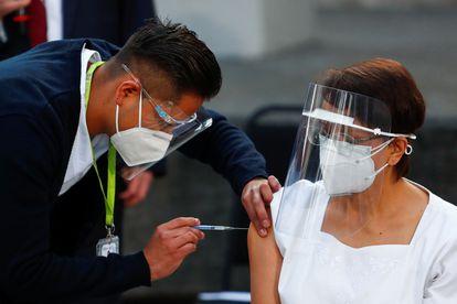María Irene Ramírez recebe primeira vacina no México.