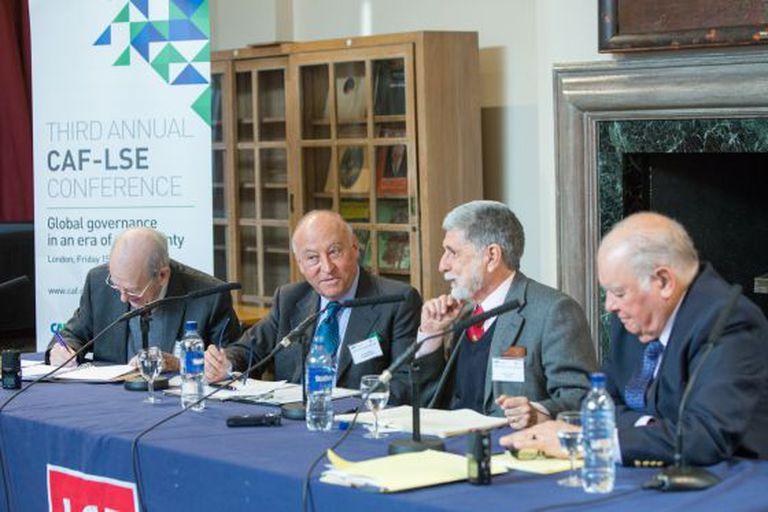 Debatedores na conferência da CAF e LSE.